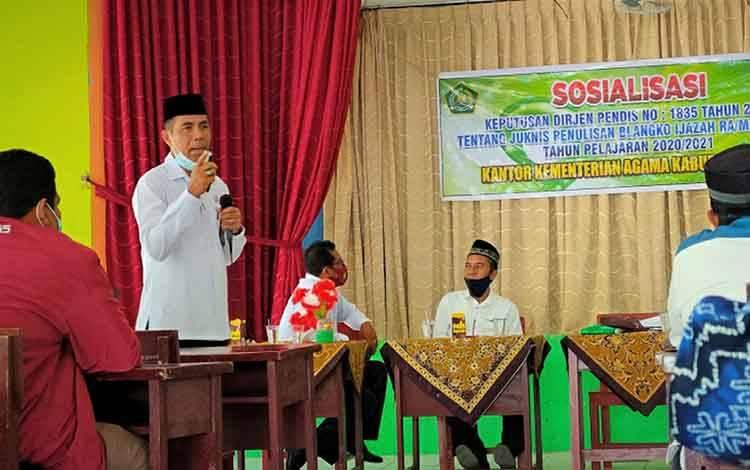 Kasi Pendidikan Madrasah Kemenag Kapuas, Sajarwan saat mensosialisasikan penulisan ijazah.