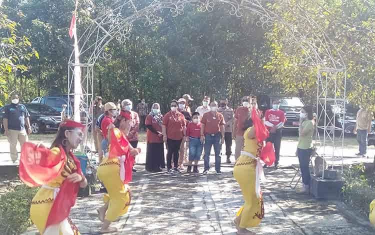 Bupati Sakariyas dan Wakil Bupati Sunardi Litang disambut tarian Dayak saat acara di Kebun Raya Katingan.