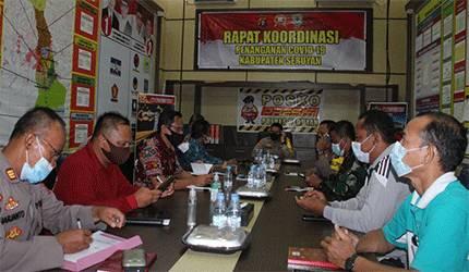 Kapolres Seruyan AKBP Bayu Wicaksono saat memimpin rapat pengendalian Covid-19 di Mapolres Seruyan.