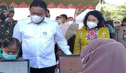 Wagub Kalteng Edi Pratowo bersama Bupati Pulpis, Pudjirustaty Narang ketika menyaksikan proses vaksinasi Covid-19.