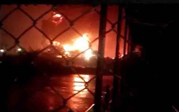 Tangkapan layar video mengenai kebakaran yang terjadi di kilang Pertamina RU IV Cilacap, Jumat (11/6/2021) malam