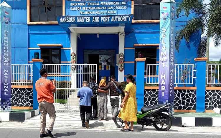Keluarga 3 orang hilang kontak saat mancing berkumpul di Kantor KSOP Kumai, guna mencari kabar keberadaan keluarganya.