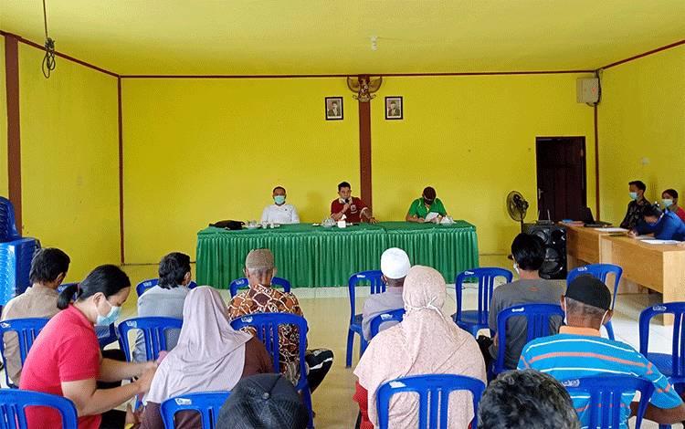 Anggota DPRD Barito Timur, Roma Analta bersama Kepala Desa dan Ketua BPD Lagan saat melakukan pertemuan dengan warga transmigrasi Desa Lagan.