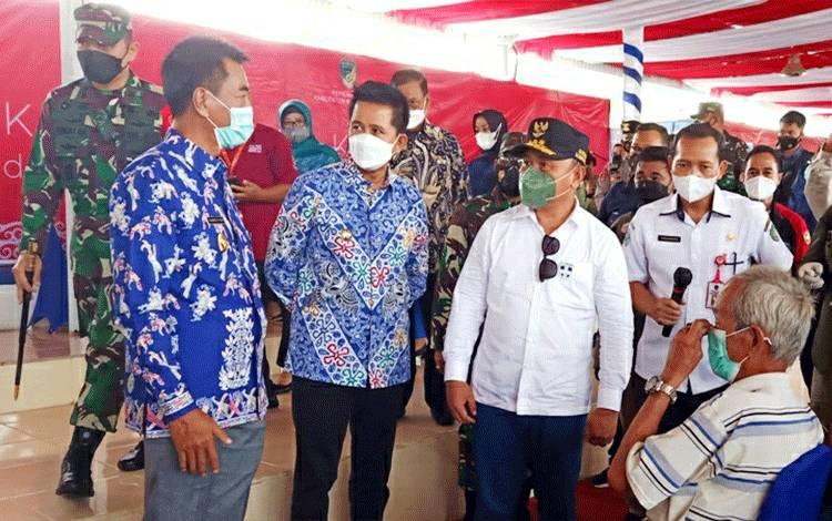 Gubernur Kalimantan tengah, H Sugianto Sabran saat menyampaikan sambutan pada peninjauan pelaksanaan vaksinasi massal di arena terbuka Tiara Batara Muara Teweh, Sabtu 12 Juni 2021.