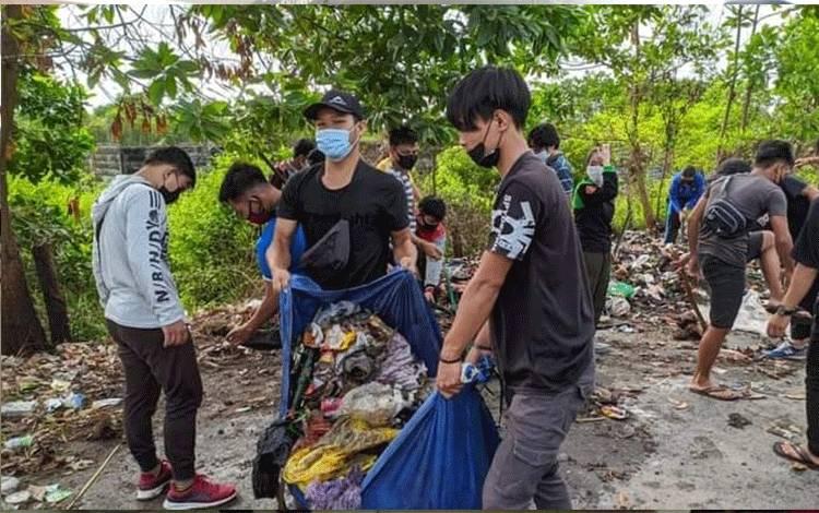 Mahasiswa IAHN-TP Palangka Raya sedang membersihkan sampah.