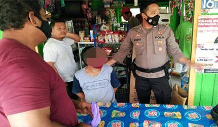 Petugas kepolisian mnengamankan pria yang kepergok melakukan pencurian.