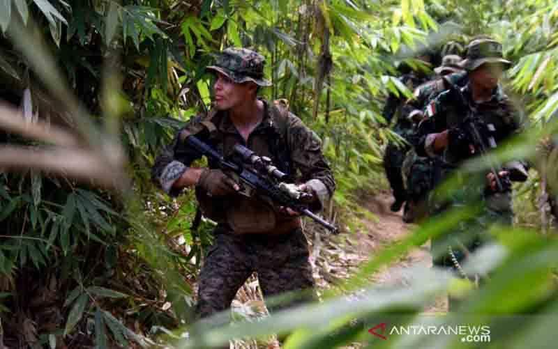 Prajurit Marinir Indonesia bersama Marinir AS mengikuti latihan perang hutan di Hutan Tumpang Pitu, Kabupaten Banyuwangi, Minggu (13/6/2021). (foto : HO-Dispen Kormar, Serma Mar Kuwadi)