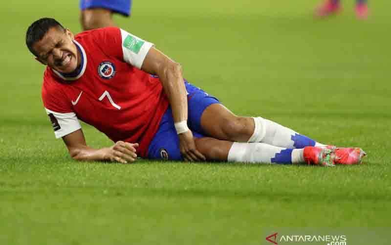 Ekspresi kesakitan pemain Chile, Alexis Sanchez setelah mengalami cedera di pertandingan kualifikasi Piala Dunia 2022 melawan Argentina di Estadio Unico, Santiago del Estero, Argentina pada 4 Juni 2021.(foto : POOL via REUTERS/AGUSTIN MARCARIAN)