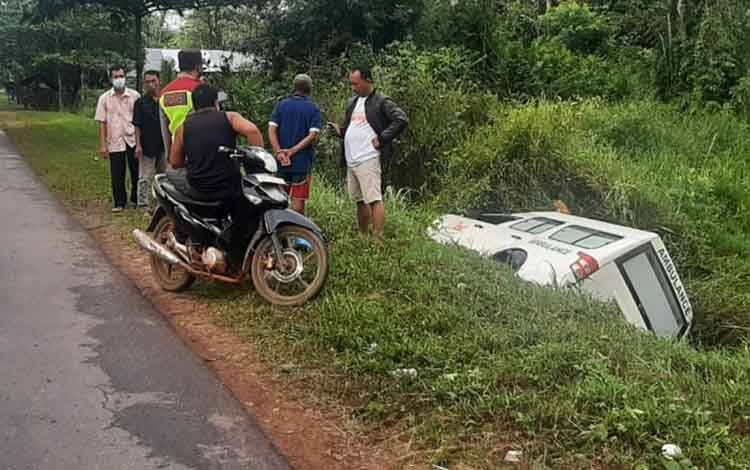 Sebuah mobil ambulan yang masuk ke dalam parit dan terbalik di Jalan Tjilik Riwut Km 38, Desa Jemaras, Kecamatan Cempaga, Kotim.