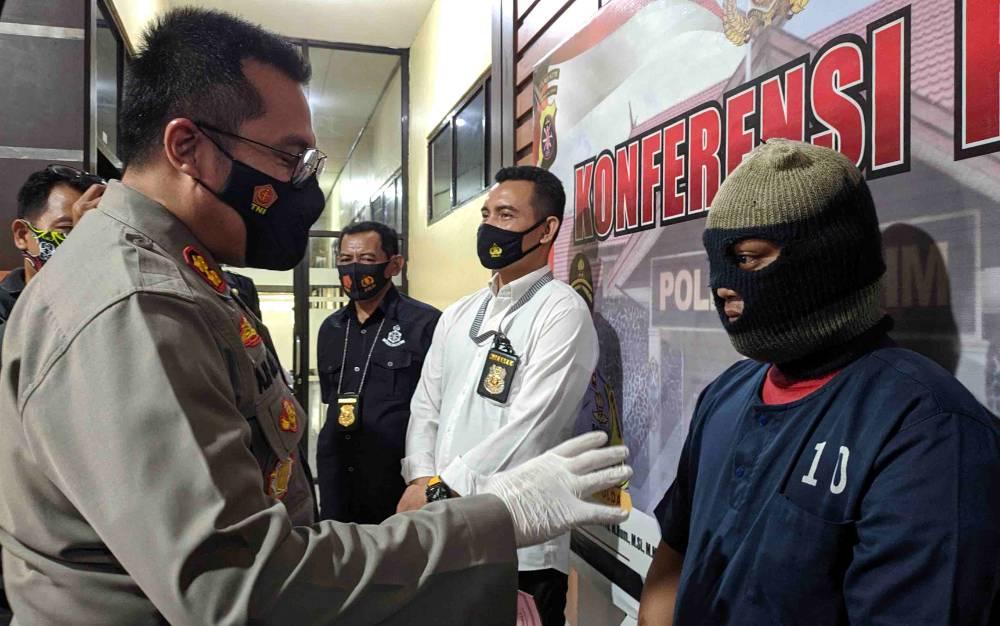 Kapolres Kotim AKBP Abdoel Harris Jakin mengintrogasi dukun cabul yang memperkosa pasiennya