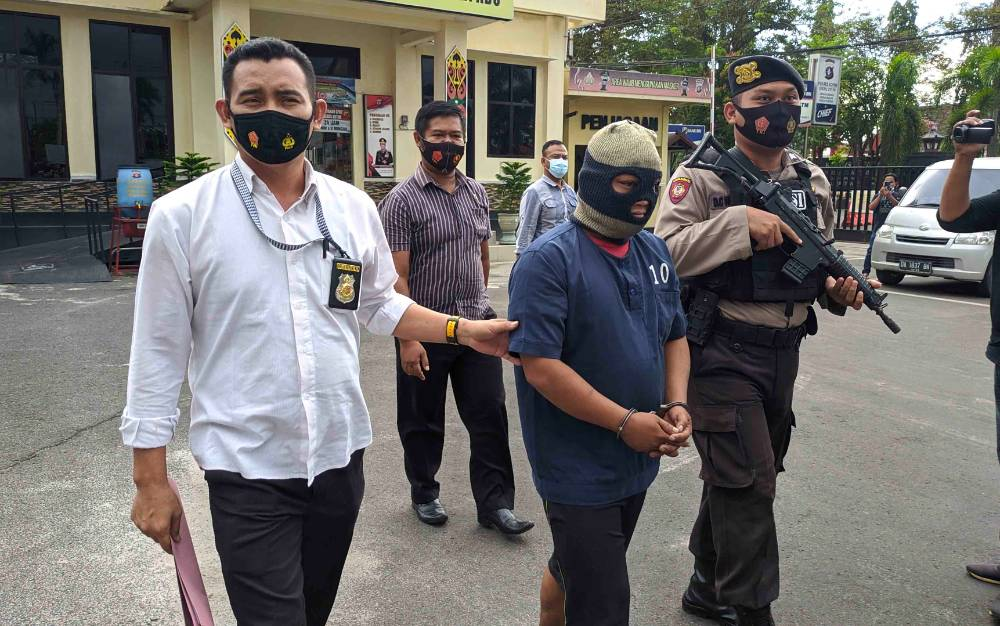 Tersangka dukun cabul yang dibawa petugas Polres Kotim.