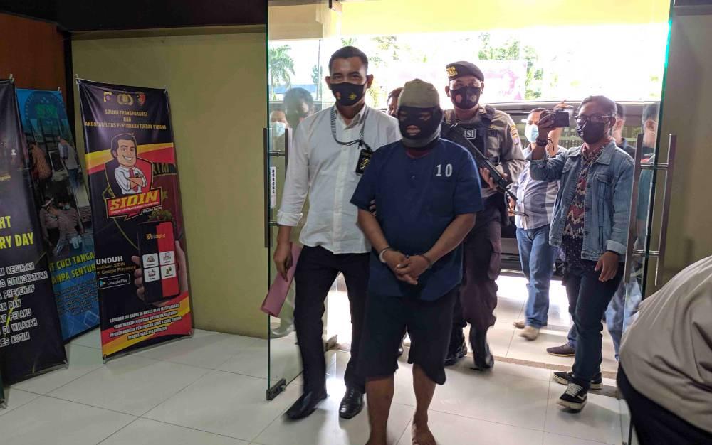 Dukun cabul tersangka kasus pemerkosaan saat digiring petugas Polres Kotim.