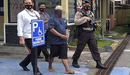 Terduga dukun cabul saat digiring aparat kepolisian.
