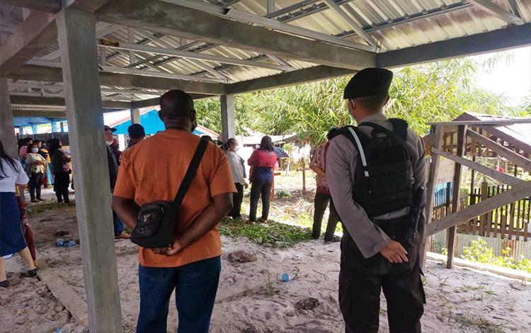 Anggota Samapta Polresta Palangka Raya saat melakukan pengawalan Narapidana mengikuti prosesi pemakaman orangtuanya.
