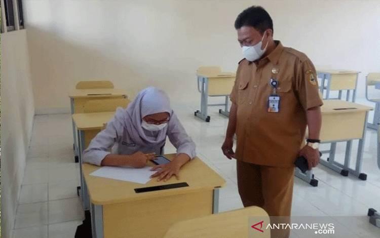 Ilustrasi - Seorang siswi mengikuti uji coba pembelajaran tatap muka (PTM) terbatas di SMAN 22 Bandung, Jawa Barat, Senin (7/6/2021). ANTARA/HO-SMAN 22 Bandung