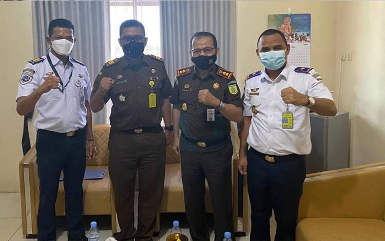 Kepala Bandara Kuala Pembuang saat menerima kunjungan Kepala Kejaksaan Negeri Seruyan Romy Rojali, Rabu, 16 Juni 2021.