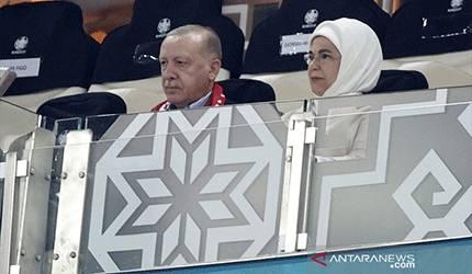 Presiden Turki Recep Tayyip Erdogan (kiri) menyaksikan langsung tim nasionalnya tampil menghadapi Wales dalam lanjutan Grup A Euro 2020 di Stadion Olimpiade Baku, Baku, Azerbaijan, Rabu (16/6/2021) waktu setempat. (ANTARA/REUTERS/POOL/Valentyn Ogirenko)