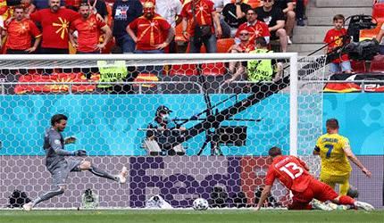 Andriy Yarmolenko saat menciptakan gol pertama Ukraina melawan Makedonia Utara dalam laga Grup C di National Arena, Bucharest, Ukraina, 17 Juni 2021. (AFP/MARKO DJURICA)