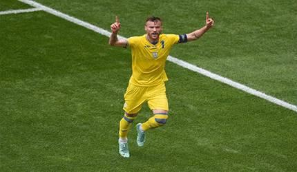 Striker Ukraina Andriy Yarmolenko merayakan gol pembuka timnya saat menang 2-1 melawan Makedonia Utara dalam laga Grup C EURO 2020 di National Arena di Bucharest, Rumania, pada 17 Juni 2021. (AFP/MIHAI BARBU)