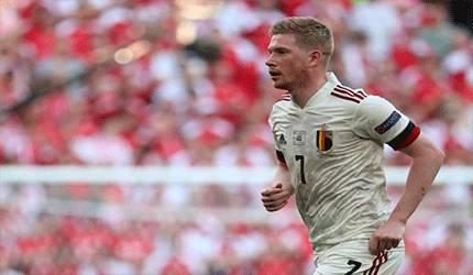 Gelandang Belgia Kevin De Bruyne saat bertanding melawan Denmark dalam laga Grup B EURO 2020 di Stadion Parken di Copenhagen pada 17 Juni 2021. (AFP/WOLFGANG RATTAY)