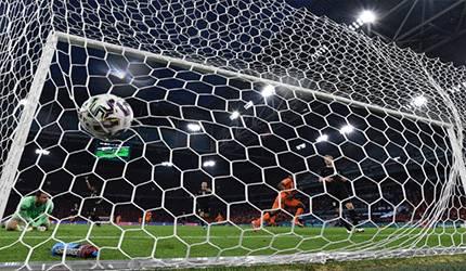 Bek Belanda Denzel Dumfries mencetak gol kedua timnya ketika Belanda menang 2-0 melawan Austria dalam pertandingan Grup C EURO 2020 di Johan Cruyff Arena di Amsterdam pada 17 Juni 2021. (AFP/JOHN THYS)