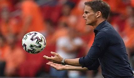 Pelatih Belanda Frank de Boer melempar bola ke dalam lapangan saat pertandingan Belanda melawan Austria pada Grup C EURO 2020 di Johan Cruyff Arena di Amsterdam pada 12 Juni 2021. ANTARA/AFP/JOHN THYS