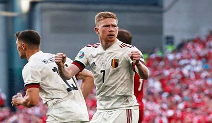 Gelandang Belgia Kevin De Bruyne merayakan gol pertama timnya yang memanfaatkan assist dia dalam laga Grup B EURO 2020 melawan tuan rumah Denmark di Stadion Parken di Kopenhagen, 17 Juni 2021. (AFP/WOLFGANG RATTAY)