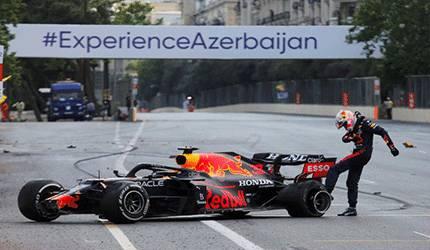 Max Verstappen dari Red Bull menendang kemudi mobilnya setelah terjatuh dari balapan di Sirkuit Azerbaijan Grand Prix di Baku City, Baku, Azerbaijan, Minggu (6/6/2021). ANTARA FOTO/REUTERS/Anton Vaganov/WSJ/sa.