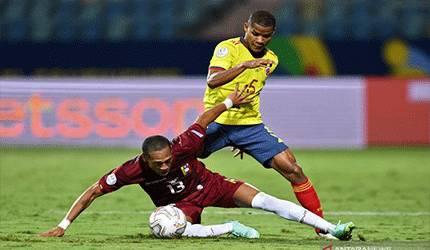 Pemain Venezuela Jose Martinez (kiri) dan gelandang Kolombia Wilmar Barrios beraksi memperebutkan bola di pertandingan Copa America 2021 di Olympic Stadium, Goiania, Brasil pada 18 Juni 2021. ANTARA/AFP/EVARISTO SA