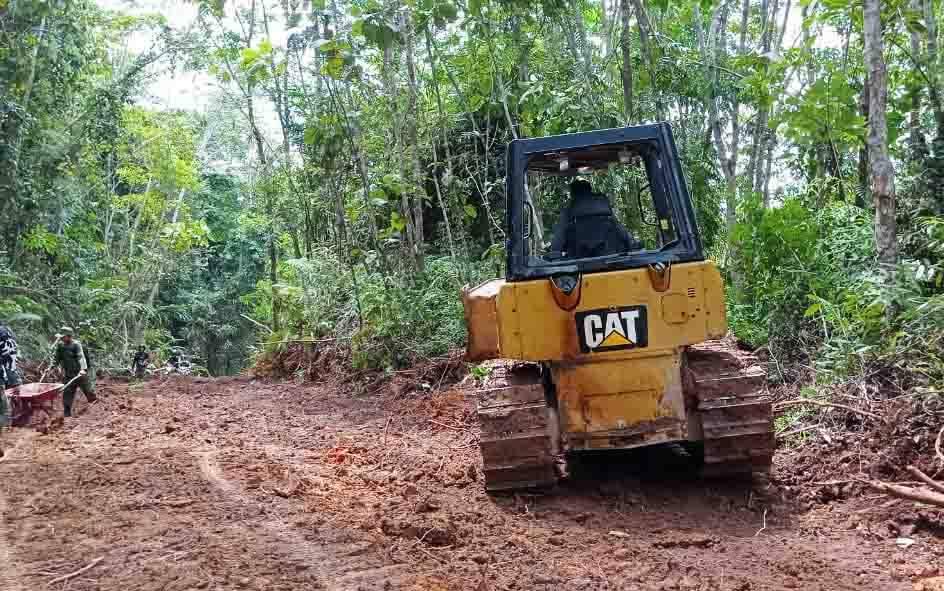 Proses pengerjaan pembukaan jalan menuju Desa Karamuan, Kecamatan Lahei Barat, Jumat 18 Juni 2021