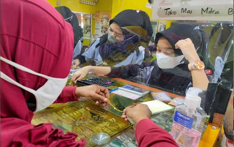 Suasana jual-beli emas di salah satu toko perhiasan emas di Pusat Perbelanjaan Mentaya Sampit, Sabtu, 19 Juni 2021.