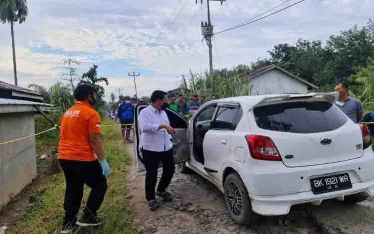Personel Polres Simalungun dibantu Direktorat Reserse Kriminal Umum Polda Sumatera Utara melakukan olah tempat kejadian perkara kasus tewasnya pemred salah satu media online