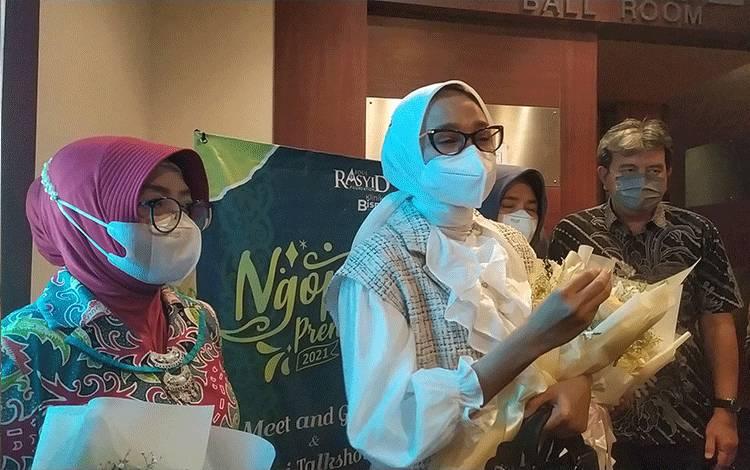 Ketua Dewan Kerajinan Nasional Daerah atau Dekranasda Provinsi Kalimantan Tengah, Yulistra Ivo Azhari Sugianto Sabran saat diwawancarai usai menghadirikegiatan Ngopi Preneur yang dilaksanakan oleh Klinik Bisnis pada Sabtu malam, 19 Juni 2021.