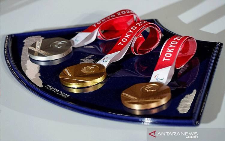 Sebuah nampan medali yang akan digunakan untuk upacara kemenangan Olimpiade dan Paralimpiade Tokyo 2020 ditampilkan selama acara pembukaan di Ariake Arena di Tokyo, Jepang, Kamis (3/6/2021). ANTARA FOTO/REUTERS/Issei Kato/Pool/WSJ/sa/am.