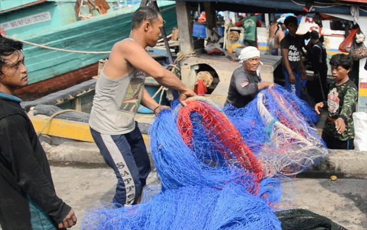 Ilustrasi - Nelayan sedang menyiapkan alat tangkap. ANTARA/HO-KKP