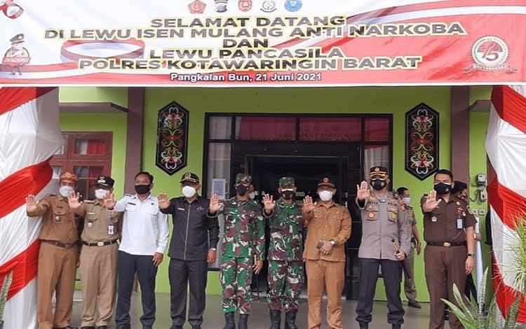 Unsur Forkopimda Kobar foto bersama dengan salam Stop Narkoba, usai melaksanakan acara Pencanangan Lewu Isen Mulang Anti Narkoba dan Lewu Pancasila di Desa Pasir Panjang