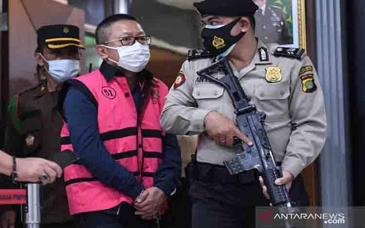 Terpidana kasus pembalakan liar Adelin Lis dihadirkan saat konferensi pers terkait pemulangannya di Kejaksaan Agung, Jakarta, Sabtu (19/6/2021). Buronan Adelin Lis yang telah telah divonis 10 tahun penjara dan denda Rp1 miliar serta membayar uang pengganti Rp119,8 miliar oleh Mahkamah Agung pada 2008 itu dipulangkan ke Indonesia oleh Kejaksaan Agung, usai ditangkap di Singapura karena kasus pemalsuan paspor
