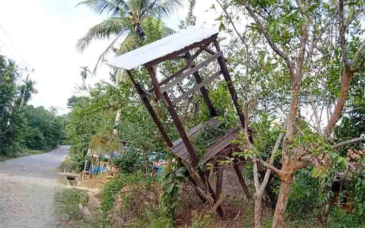 Tower air di Desa Ampari yang hampir roboh serta membahayakan warga yang melintas karena berada di tepi jalan