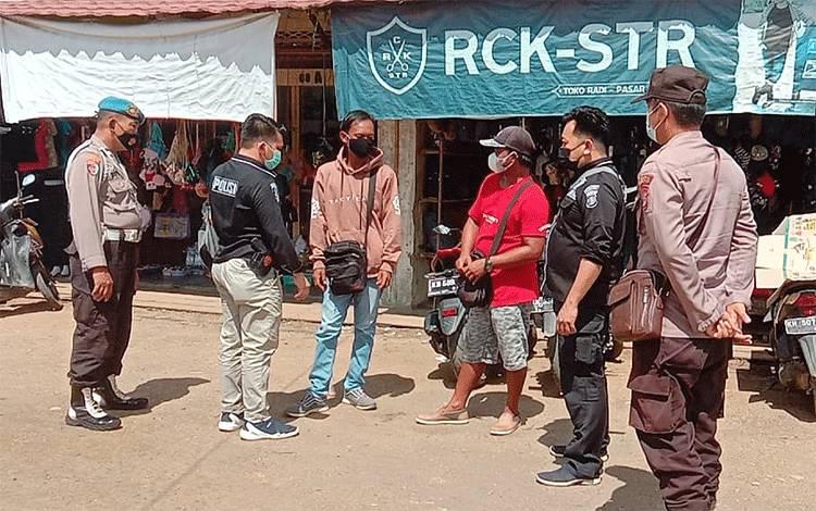 Pengecekan aktivitas pungutan retribusi dan juru parkir di Pasar Ampah Kecamatan Dusun Tengah.