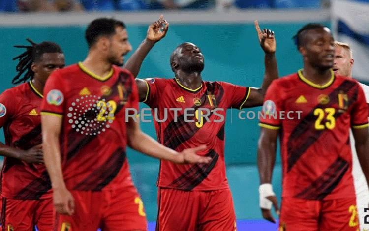 Romelu Lukaku dan para pemain Belgia merayakan gol keduanya dalam laga melawan Finlandia yang dimenangkan Belgia 2-0 di Stadion Saint Petersburg, Saint Petersburg, Rusia, 21 Juni 2021. (Pool via REUTERS/Kirill Kudryavtsev) (REUTERS)