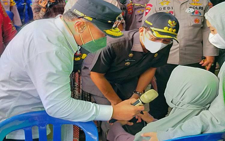 Bupati Murung Raya Perdie M. Yoseph mendampingi Gubernur Kalteng Sugianto Sabran meninjau vaksinasi massal Lansia di Puruk Cahu.