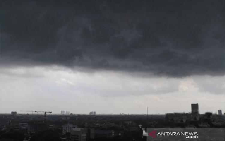 Ilustrasi - Awan hitam Cumulonimbus bergelayut di langit, hujan lebat diprakirakan terjadi di beberapa wilayah Indonesia. (ANTARA FOTO/Rahmad/hp/pri.)