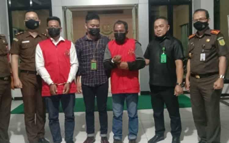 Pj Kepala Desa Cempaka Baru, ES dan bendahara desa HS (rompi merah) ditahan Kejari Seruyan dalam kasus korupsi kegiatan BUMDes.