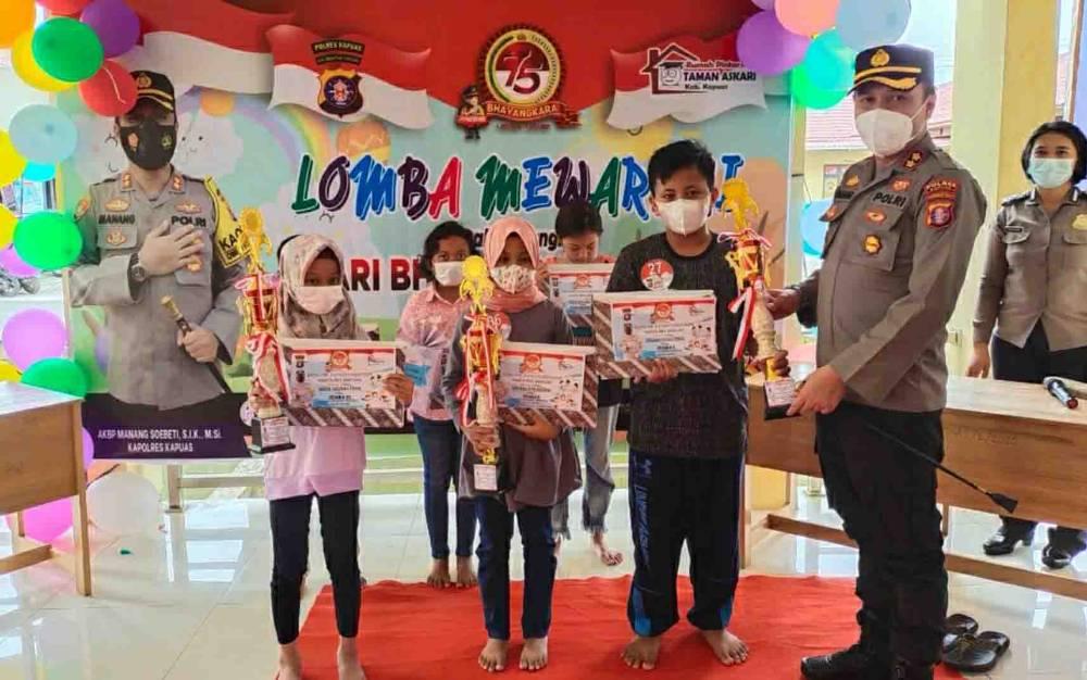 Kapolres Kapuas AKBP Manang Soebeti bersama para peserta lomba mewarnai tingkat SD pada Jumat 25 Juni 2021.