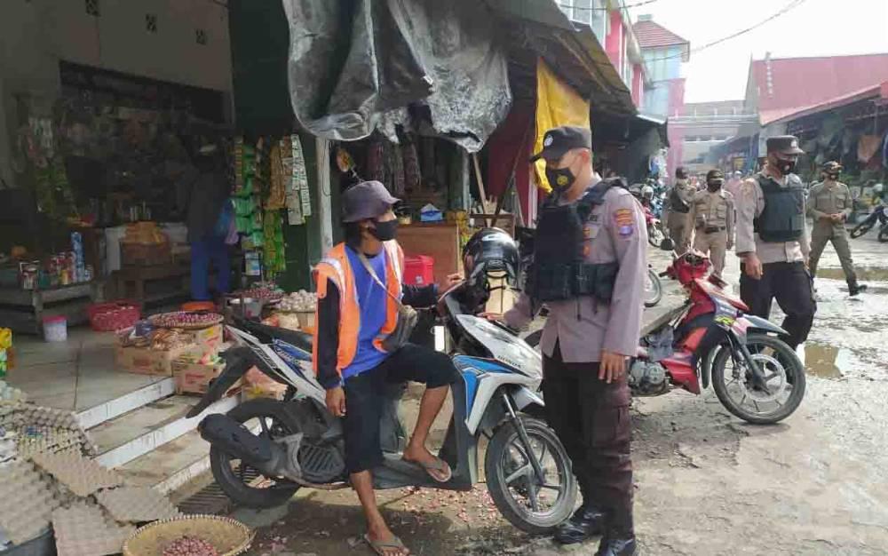 Personel Polres Seruyan mengajak warga yang berada di Pasar Kuala Pembuang, untuk disiplin menjalankan protokol kesehatan.