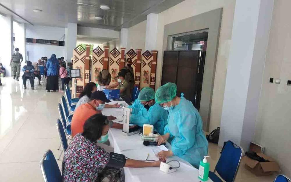 Pelaksanaan vaksinasi di Kantor Gubernur Kalteng beberapa waktu lalu. Sementara itu, Wakil Ketua Komisi III DPRD Kalteng, Siti Nafsiah mengingatkan, vaksinasi Covid-19 harus terus digalakkan. Termasuk disiplin dalam menerapkan protokol kesehatan.