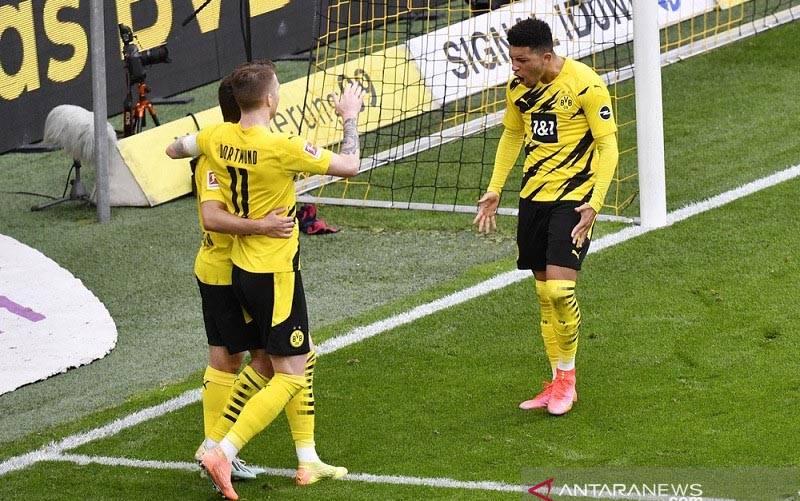 Penyerang sayap Borussia Dortmund Jadon Sancho (kanan) melakukan selebrasi bersama rekan-rekannya seusai mencetak gol penentu kemenangan atas RB Leipzig dalam lanjutan Liga Jerman di Stadion Signal Iduna Park, Dortmund, Jerman, Sabtu (8/5/2021). (foto : ANTARA/REUTERS/POOL/Martin Meissner)