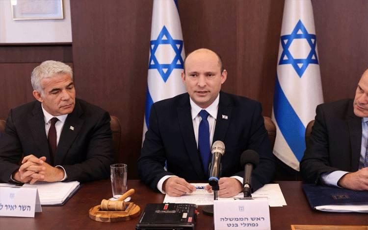 Perdana Menteri Israel Naftali Bennett memimpin pertemuan kabinet mingguan pertama dalam pemerintahannya di Yerusalem, Minggu (20/6/2021). ANTARA FOTO/Emmanuel Dunand/Pool via REUTERS/hp/cfo