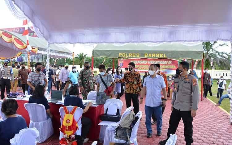 Kapolres AKBP Agung Tri Widiantoro dan Bupati Barsel Eddy Raya Samsuri memantau serbuan vaksinasi massal