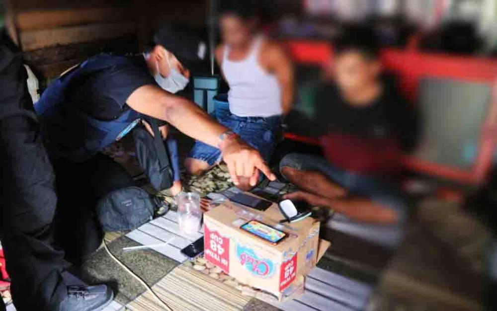 Petugas BNN Kota Palangka Raya saat melakukan penggeledahan dan disaksikan 2 orang tersangka.